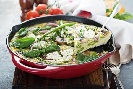Spargel, Pilze und Ziegenkäse Frittata Standard-Bild