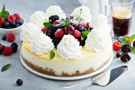 Klassieke New Yorkse cheesecake versierd met slagroom