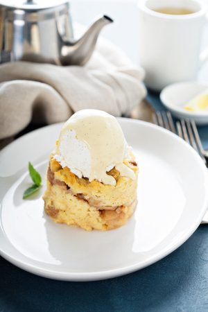 Apple bread pudding with vanilla ice cream Imagens