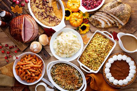 Table de Thanksgiving avec dinde et accompagnements