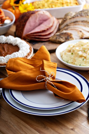 Thanksgiving table with turkey and sides Foto de archivo - 110715020
