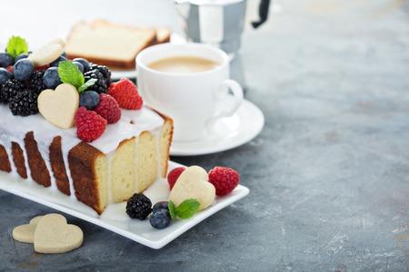 Hornear el día de San Valentín, pastel de vainilla con decoración de galletas en forma de corazón, dulces
