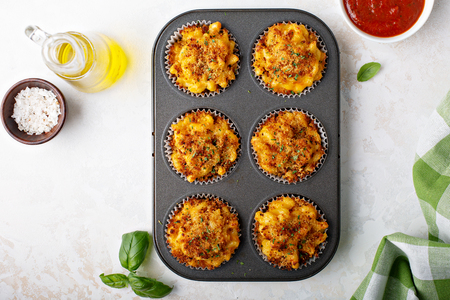 Baked mac and cheese muffins 版權商用圖片