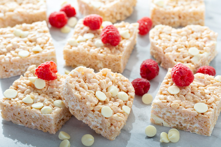 Heart and square shaped rice crispy treats Imagens - 117939586