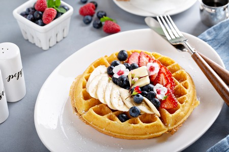 Waffle with fresh fruit Banque d'images - 118570783
