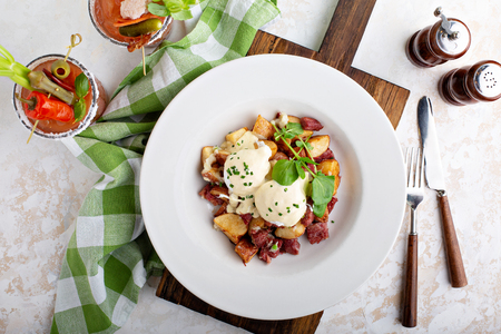 Breakfast potatoes with eggs Benedict and beef Banque d'images