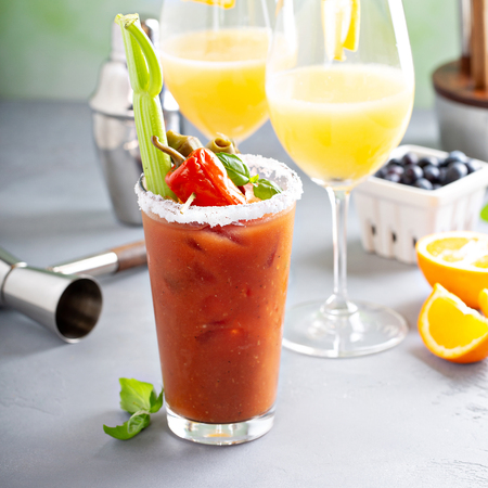 Brunch cocktails with mimosas and bloody mary 写真素材 - 118570938