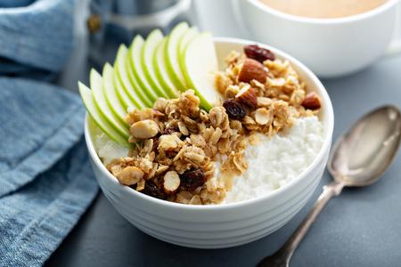 Requesón con granola y manzana