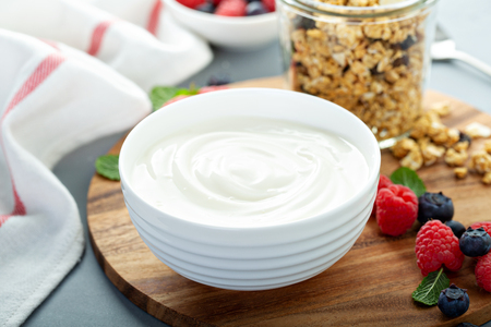 Einfacher Joghurt mit Müsli auf der Seite Standard-Bild