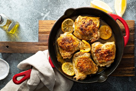 Lemon herb roasted chicken Standard-Bild - 120473761