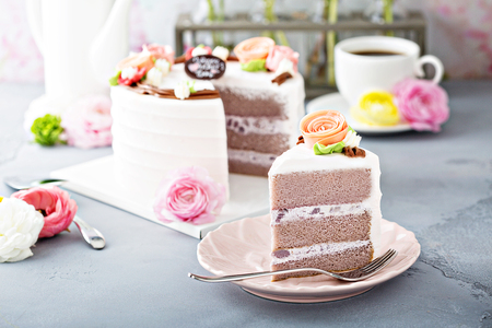 母亲节蛋糕与鲜花