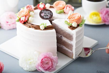 Gâteau de fête des mères avec des fleurs