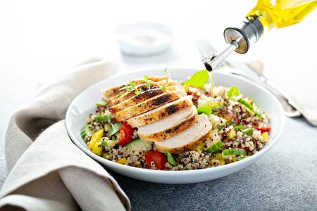 Fresh quinoa tabbouleh salad with grilled chicken Zdjęcie Seryjne