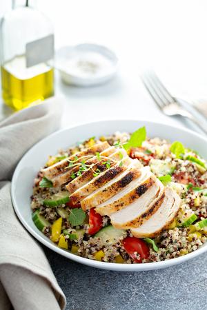 Salade de taboulé de quinoa frais au poulet grillé