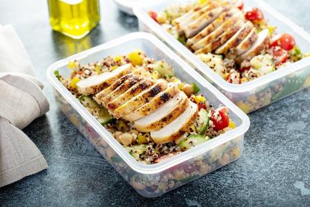 Frischer Quinoa-Tabouleh-Salat mit gegrilltem Hähnchen