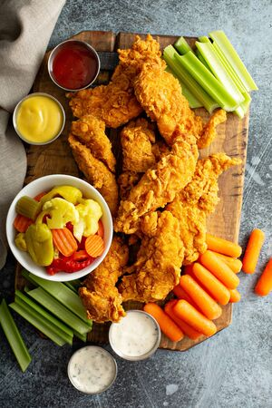 Fried chicken tenders with veggies Banque d'images - 127690782