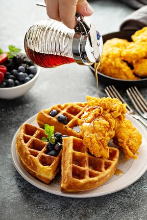 Waffles with fried chicken Imagens
