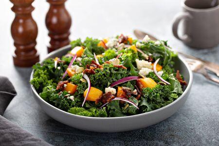Herbstsalat mit Grünkohl und Butternusskürbis Standard-Bild