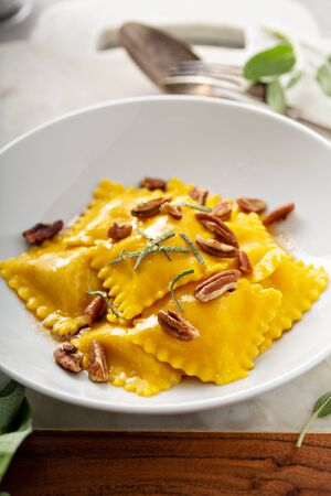 Butternut squash tortellini with brown butter and pecans Banque d'images