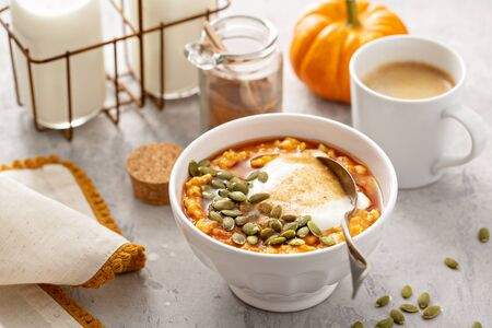 Pumpkin oatmeal with yogurt and pumpkin seeds Stockfoto