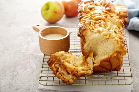 Smontare il pane alle mele e alla cannella con glassa cremosa Archivio Fotografico