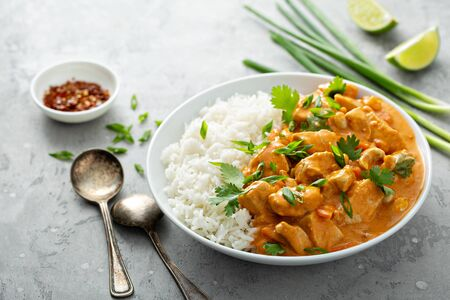 Curry rojo de pollo y anacardos