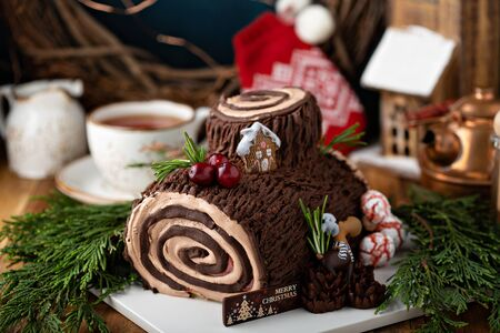 Yule log roll cake for Christmas Stockfoto