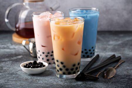 Variedad de té de burbujas con leche en vasos altos