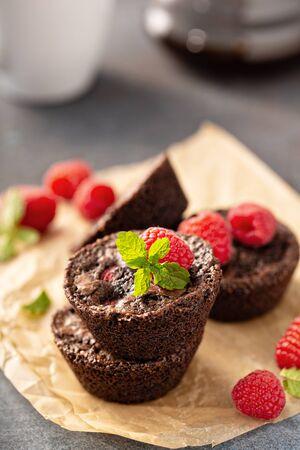Homemade brownie bites with raspberries, chocolate cake treat Imagens