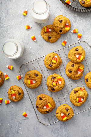 Candy corn and chocolate pumpkin cookies Imagens