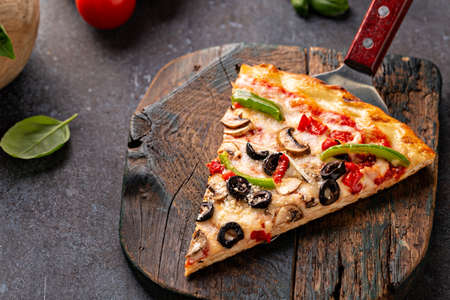 Vegetarian pizza with peppers, mushrooms and olives Standard-Bild
