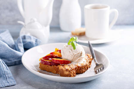 French toast with peaches and vanilla ice cream Standard-Bild
