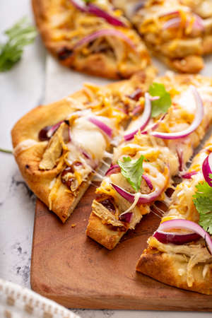 Barbecue chicken flatbreads with red onion Standard-Bild