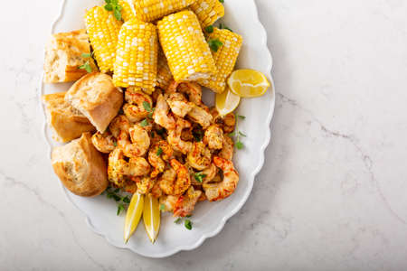 Spicy shrimp and corn on the cob, summer recipe Standard-Bild