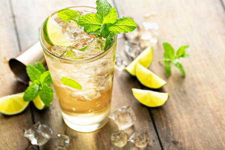 Refreshing summer cocktail with ginger beer and lime 版權商用圖片