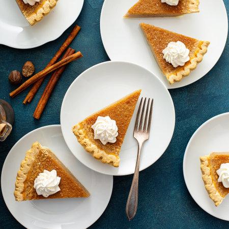 Traditional pumpkin pie with whipped cream and cinnamon 版權商用圖片