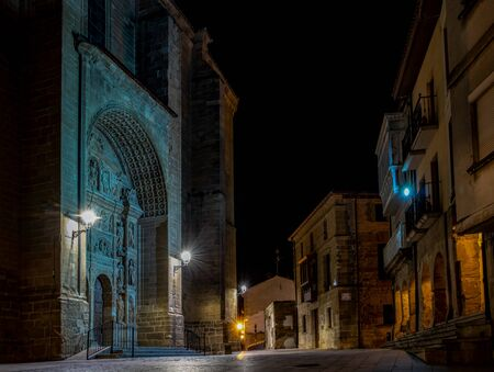 Central square and Parroquia de Santo Tomás (Parish Church of St. Thomas the Apostle) in Haro, La Rioja, Spain, at night 版權商用圖片