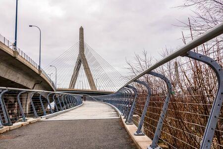 Leonard P. Zakim Bunker Hill Memorial Bridge in downtown Boston, Massachusetts, view from North Point Park. 版權商用圖片