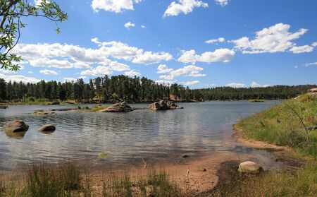Beautiful Dowdy lake, part of Red Feather lakes recreation area near Fort Collins, Colorado, on a bright sunny day 版權商用圖片 - 143512494