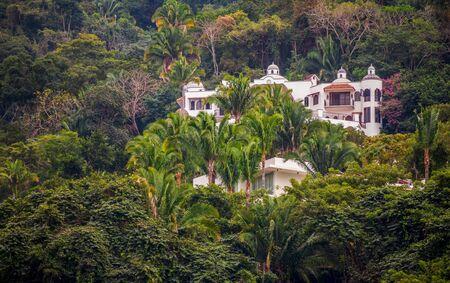 Villas on Pacific coast of Mexico near Puerto Vallarta, Jalisco. 版權商用圖片 - 140585974