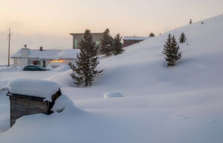 Winter landscape with wooden houses in the mountains. Tabernash, Colorado. Beautiful winter sunrise 版權商用圖片 - 143261139