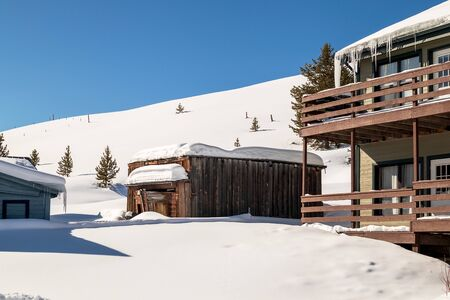 Winter landscape with wooden houses in the mountains. Tabernash, Colorado. Beautiful winter sunrise 版權商用圖片 - 141507280