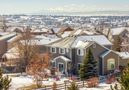 Colorado Living. Centennial, Colorado - Denver Metro Area Residential Winter Panorama with the view of a Front Range mountains on the distance 版權商用圖片 - 142015181