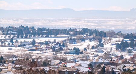 Colorado Living. Centennial, Colorado - Denver Metro Area Residential Winter Panorama with the view of a Front Range mountains on the distance 版權商用圖片 - 142015790