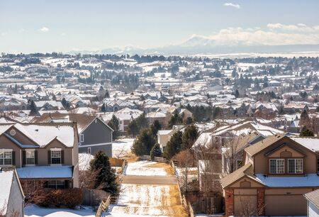 Colorado Living. Centennial, Colorado - Denver Metro Area Residential Winter Panorama with the view of a Front Range mountains on the distance 版權商用圖片 - 142015821