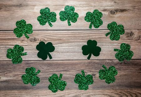 Flat lay composition with clover leaves on wooden background. Saint Patrick's day 版權商用圖片 - 142012292