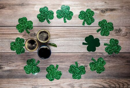 Flat lay composition with clover leaves and glasses of beer on wooden background. Saint Patrick's day 版權商用圖片 - 142015213