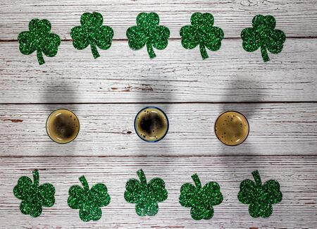 Flat lay composition with clover leaves and glasses of beer on wooden background. Saint Patrick's day 版權商用圖片 - 142012375
