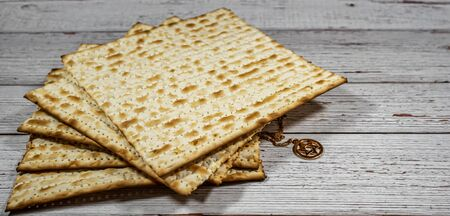 Passover matzos and Star of David necklace with chain on wooden background 版權商用圖片 - 143261166