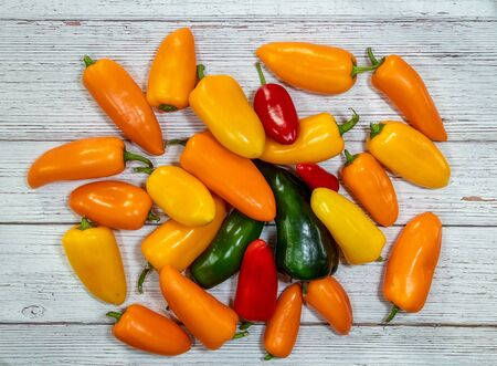 Group of whole fresh pepper flatlay on a wooden background 版權商用圖片 - 148937303